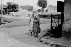 p.Chybová a p. Veselská(JZD). jdou z práce  na křižovatce
